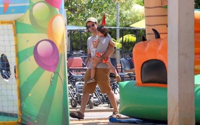 Eriberto Leão preferiu uma diversão sem água, levando o filho para passear no parquinho da Lagoa Rodrigo de Freitas