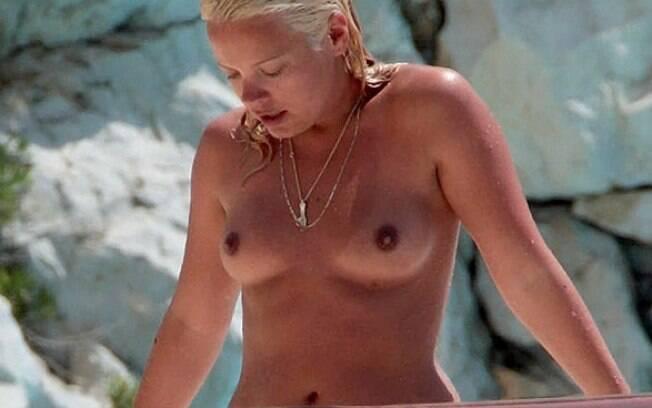 A cantora Lily Allen faz topless em Cap D'Antibes, na riviera francesa