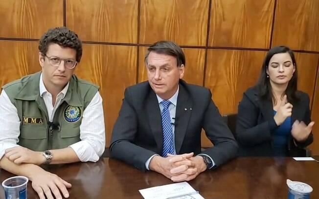 Jair Bolsonaro durante live nesta quinta-feira (24) ao lado ministro do Meio Ambiente Ricardo Salles