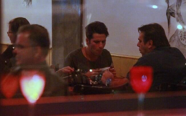 Próximo a Celulari, Bruno Gagliasso jantou em um restaurante japonês com alguns amigos...