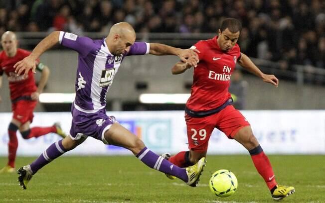 Com Lucas em campo, PSG goleou o Toulouse por  4 a 0 na 23ª rodada e contou com derrota do Lyon  para assumir liderança isolada