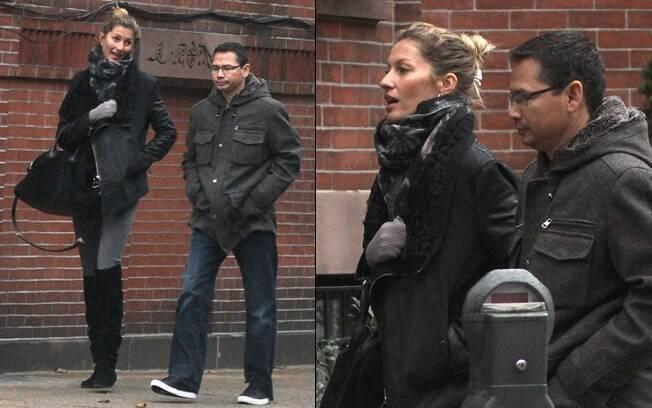 Gisele Bundchen e Alex Guerrero caminham tranquilamente pelas ruas de Boston