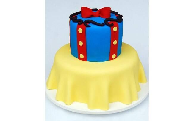 O bolo pode fazer alusão ao personagem do tema da festa de um jeito diferente, discreto. Bolo Branca de Neve, de Nika Linden Cake & Sweets