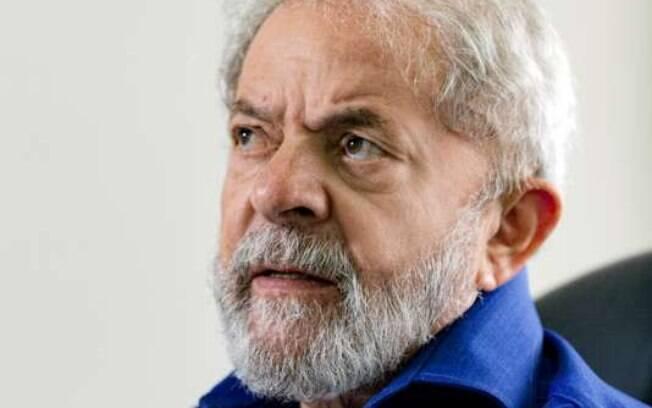 O ex-presidente Lula escreveu um artigo no Le Monde em que denuncia 'retrocessos democráticos' no Brasil