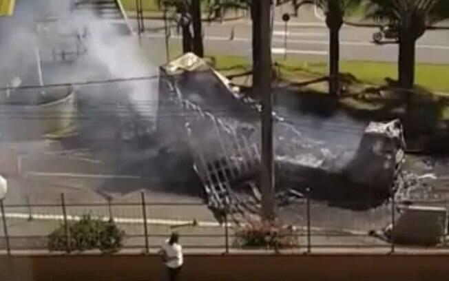 Caminhão pegou fogo após colisão.