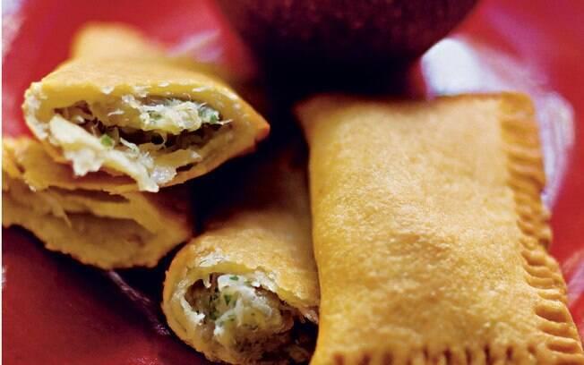 Foto da receita Travesseirinho (pastel) de bacalhau e maçã pronta.
