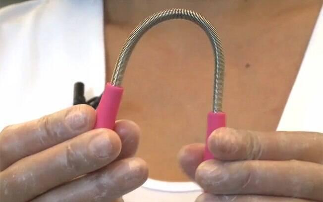 A mola que é usada para a depilação tem pontas emborrachadas, para evitar que o aparelho escorregue das mãos