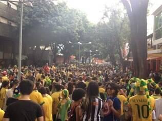 Savassi está verde e amarelo durante o jogo da seleção