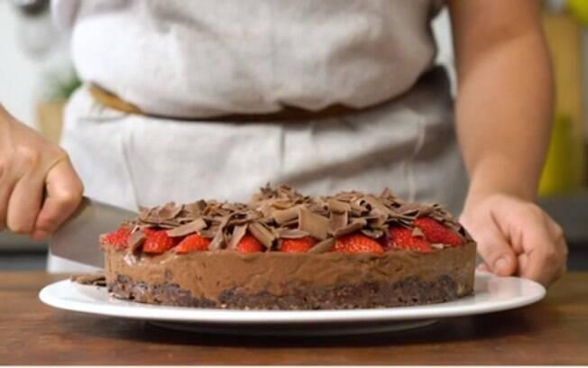 A base da torta é a deliciosa Chocolomba® Bauducco Trufa, que tem muito chocolate na cobertura, no recheio e também na massa fofinha.