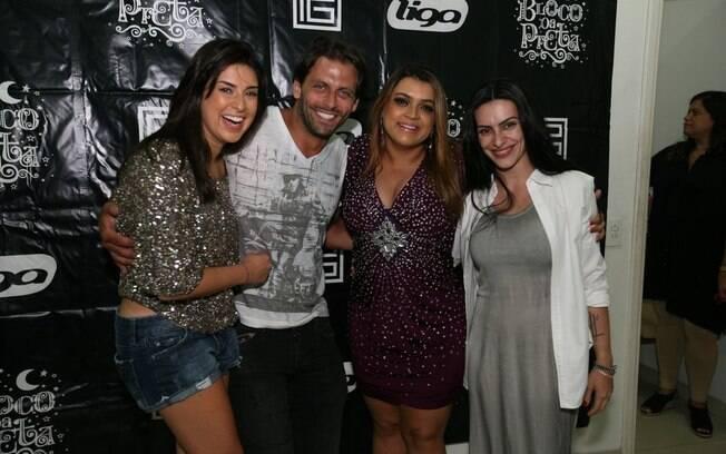 Preta Gil cercada pelos atores Henri Castelli, Fernanda Paes Leme e Cleo Pires