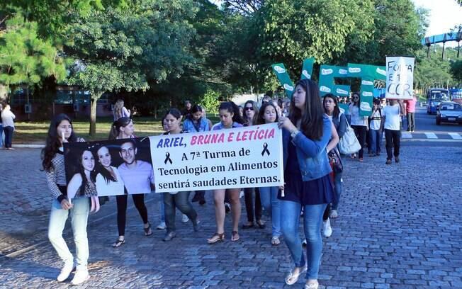 Alunos durante homenagens na volta às aulas da Universidade Federal Santa Maria (UFSM), nesta segunda-feira (04)