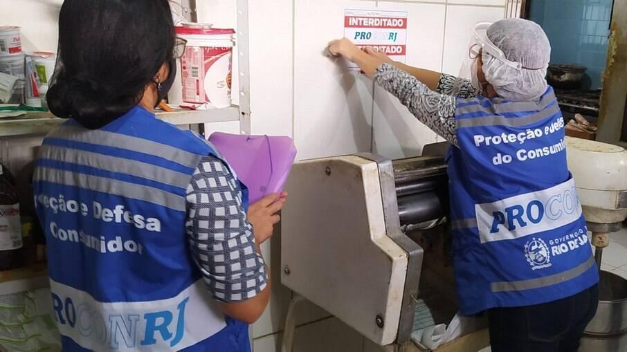 O estabelecimento foi interditado por não cumprir os requisitos mínimos de higiene e segurança