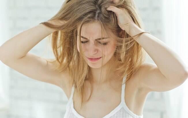 A coceira na cabeça pode acontecer por diversas razões; veja algumas e como lidar com elas