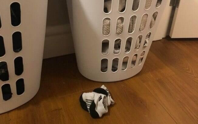 Colocar as meias no chão entre os dois cestos para roupas foi o modo que ele encontrou
