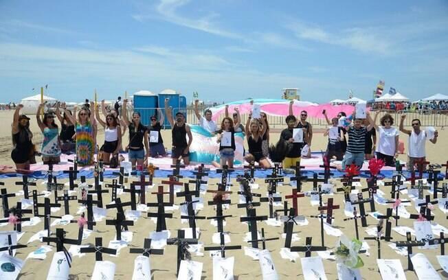 Manifesto realizado na praia de Copacabana, no Rio de Janeiro, lembra as vítimas da transfobia no Brasil