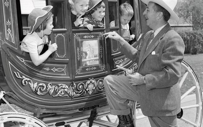 Walt Disney conversa com as crianças
