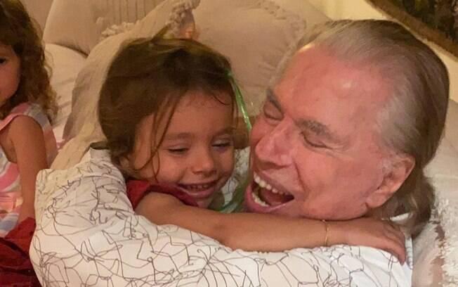 Silvio Santos se diverte com os netos no Natal
