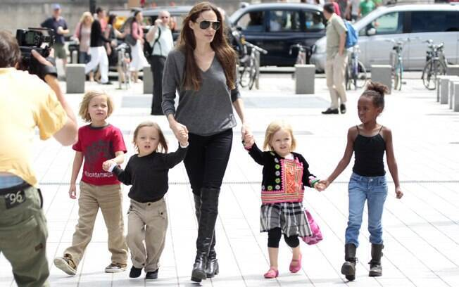 Angelina Jolie com Shiloh, os gêmeos Knox e Vivienne e Zahara