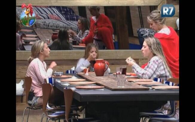 Anna Markun se aproxima da conversa entre Joana, Raquel e Valesca