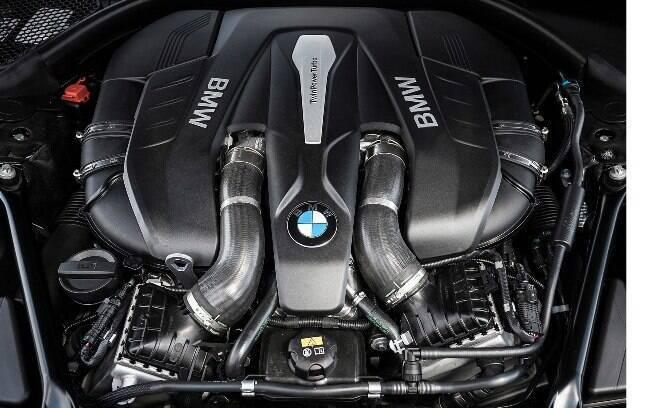 O motor V8 biturbo que equipa o sedã de luxo é o mesmo da esportiva puro-sangue M5, só que com acerto mais manso