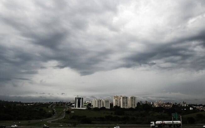 Sábado amanhece nublado e com chuva fina em Campinas