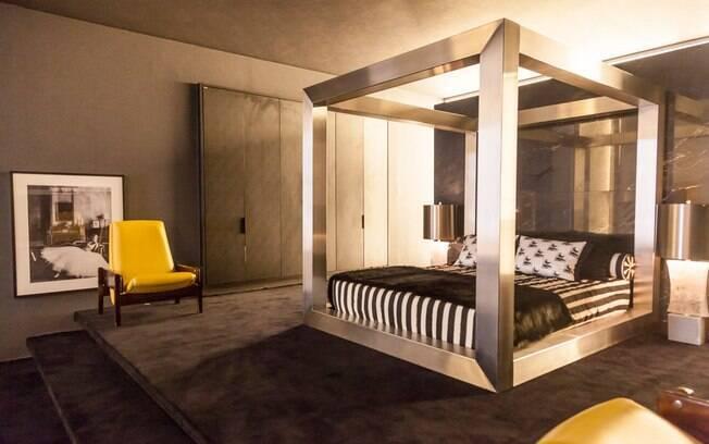 A partir de uma base preta e branca, Guilherme Torres escolheu móveis e revestimentos luxuosos