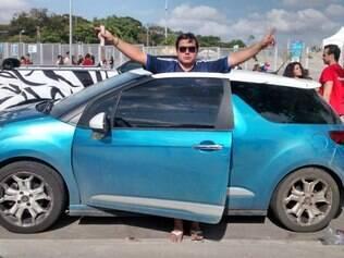 Carro com as cores e a placa da Argentina estaciona em frente ao Mineirão e vira 'point' dos hermanos