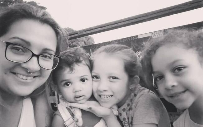 Cinthia e as três filhas Joana, 10, Valentina, 8, e Maria Luísa, 2