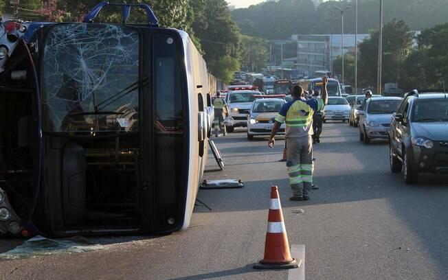 Agente do Departamento de Estradas e Rodagem controla tráfego no sentido-interior da Raposo
