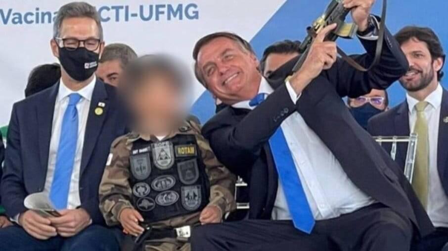 Bolsonaro com arma ao lado de criança