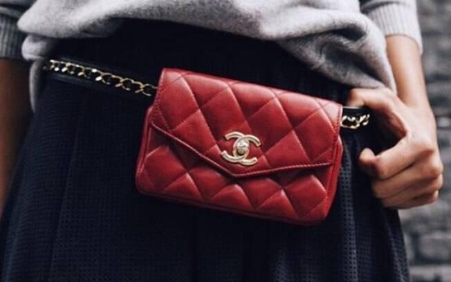 O clássico da Chanel também ganhou sua versão pochete