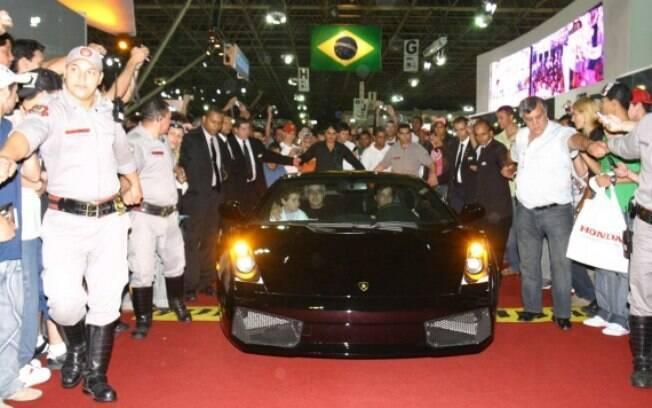 A Polícia Federal apreendeu seis Lamborghinis expostas no Salão de 2006 e ainda saiu dirigindo os supercarros, para a alegria dos visitantes.