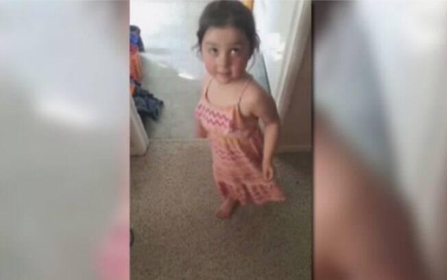 Professoras da escola de Lola Stonehouse, de três anos, disseram que seu vestido era inapropriado por não ter mangas