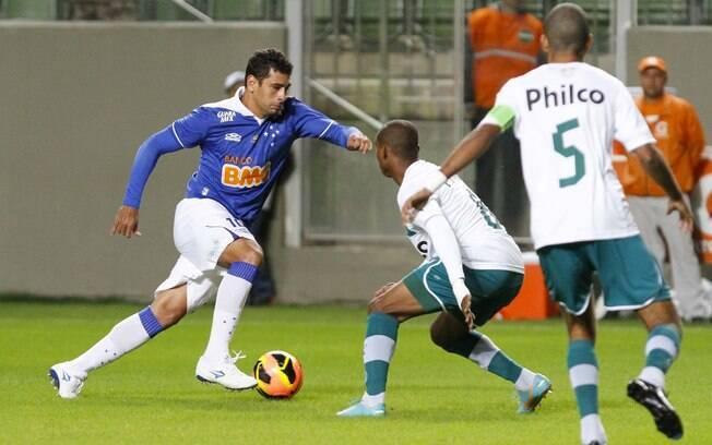 Diego Souza em ação pelo Cruzeiro contra o Goiás