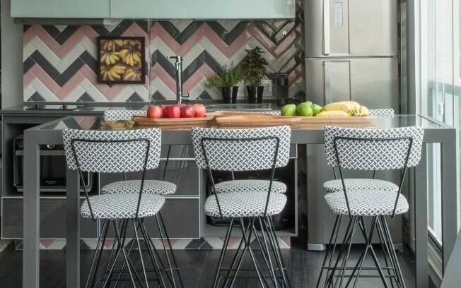 Arquitetos mostram como a padronagem pode ser usada no frontão da cozinha e sugere combinação de diversas cores