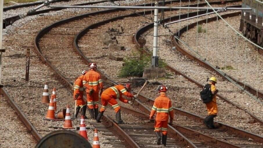 Funcionários da Supervia trabalhando após problemas na estação de Gramacho