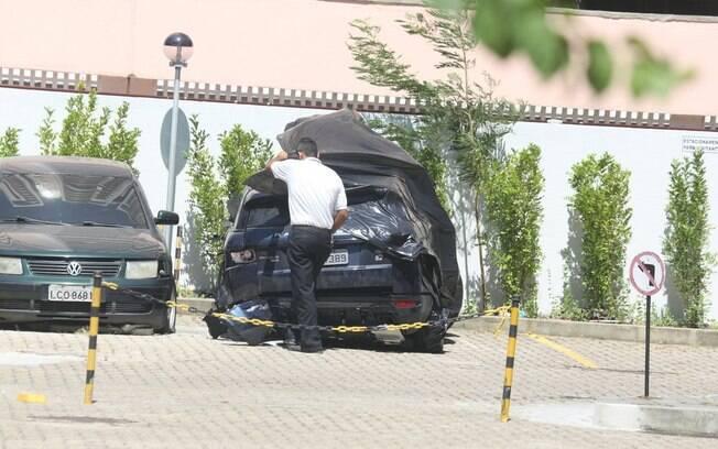 Carro de Isis Valverde no pátio do apartamento de um amigo da atriz