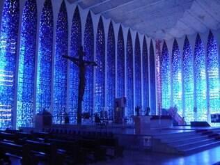Vitrais do Santuário Dom Bosco têm várias tonalidades de azul