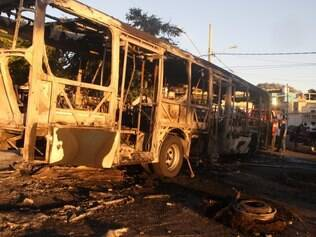 Cidades - Super - Belo Horizonte - MG Populacao incendeia onibus depois de menino ter sido baleado no bairro Sao Bernardo .   FOTO: JOAO GODINHO / O TEMPO