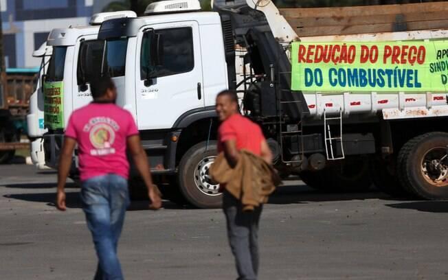 Caminhoneiros protestam contra o aumento do combustível em rodovias federais brasileiras