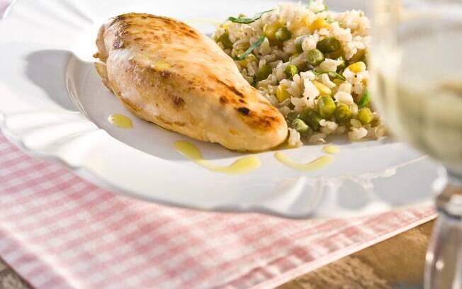 Ficando pronto em até uma hora, a receita de peito de frango grelhado com arroz integral pode render até 4 porções