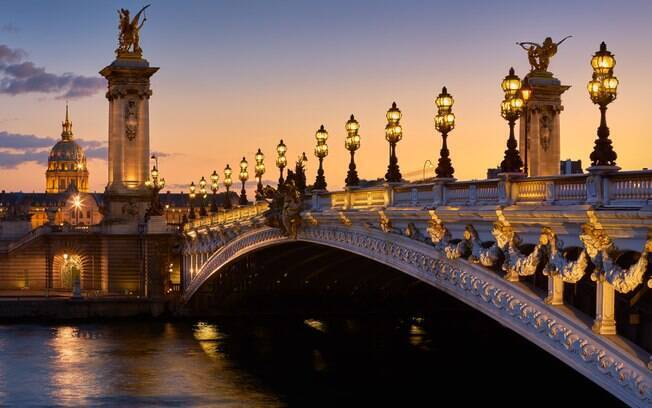 A Ponte de Alexandre 3° é uma das pontes famosas bem decoradas, com cavalos dourados e candelabros elegantes