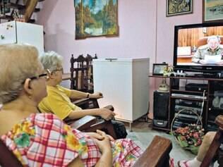Revolução. Após viver décadas num regime socialista liderado por Fidel Castro, idosas cubanas assistiram ao pronunciamento do irmão do ex-presidente, Raúl Castro, na TV na tarde de ontem