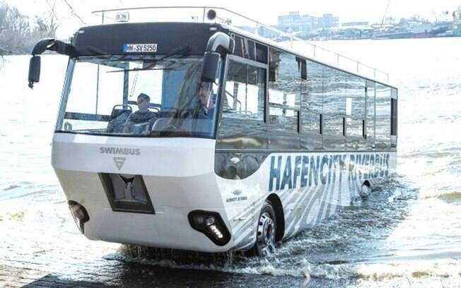 Ônibus anfíbio sai da água na cidade portuária de Elbe, na Alemanha