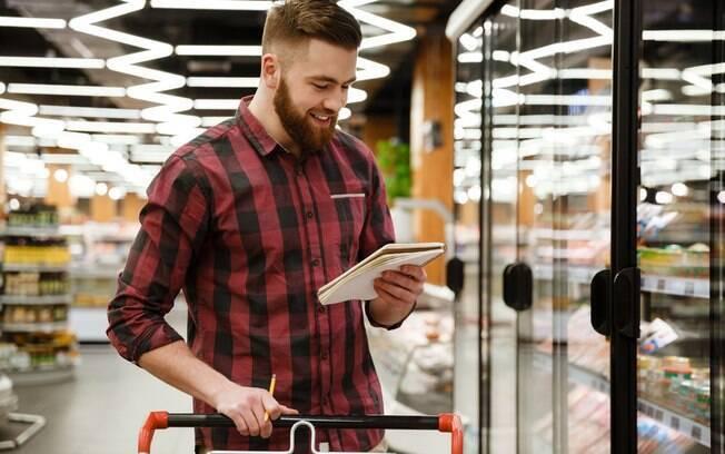 Saber técnicas de como fazer lista de compras é fundamental para evitar desperdício e economizar dinheiro