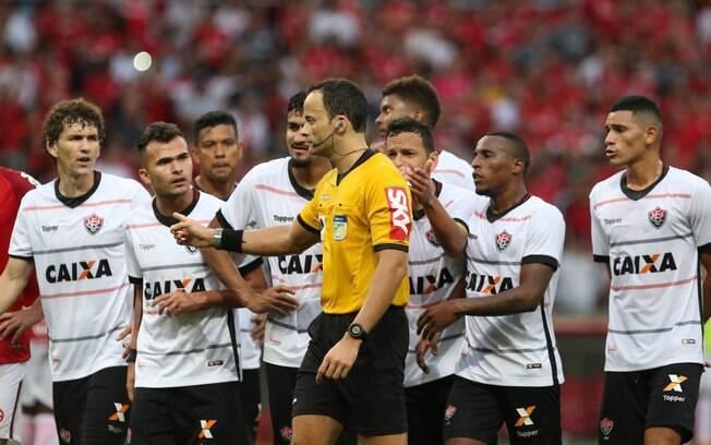 O jogo entre Internacional e Vitória foi um dos três com erros de arbitragem no fim de semana
