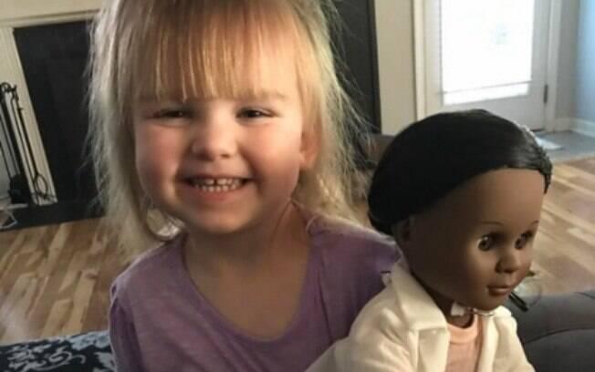Garotinha norte-americana de apenas dois anos de idade  escolhe boneca negra e dá lição contra o racismo