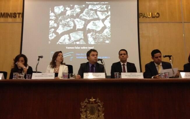 Promotores de Justiça Alexandra Facciolli Martins (segunda a partir da esq.), Ricardo Manuel Castro (terceiro), Otávio Ferreira Garcia (quarto) em audiência pública