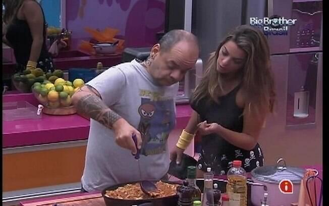 João e Monique conversam na cozinha