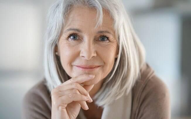 As mulheres que têm cabelos brancos precisam ter alguns cuidados especiais para manter os fios sempre saudáveis